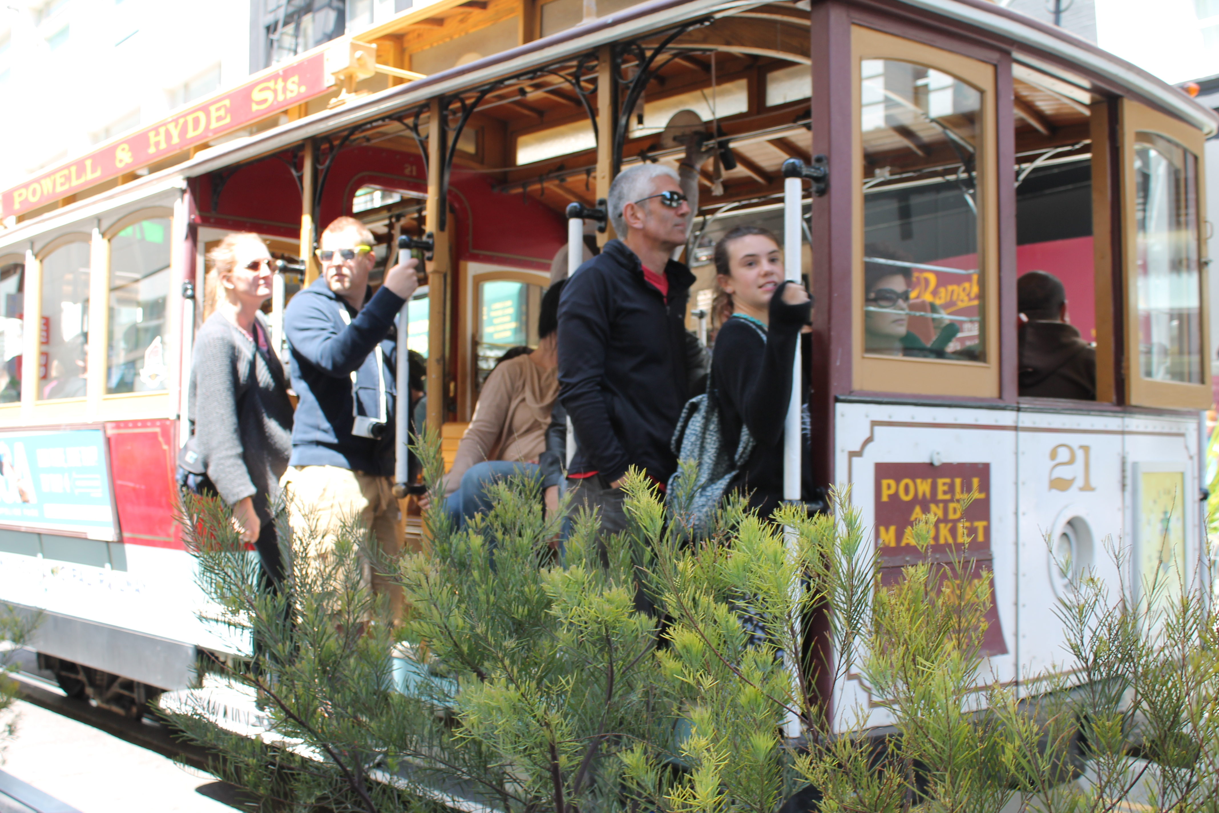 Tourists riding the cable car in Union Square in San Francisco. (Photo: Super G)