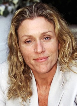 The 60-year old daughter of father Vernon W. McDormand and mother Noreen E. McDormand, 165 cm tall Frances McDormand in 2018 photo