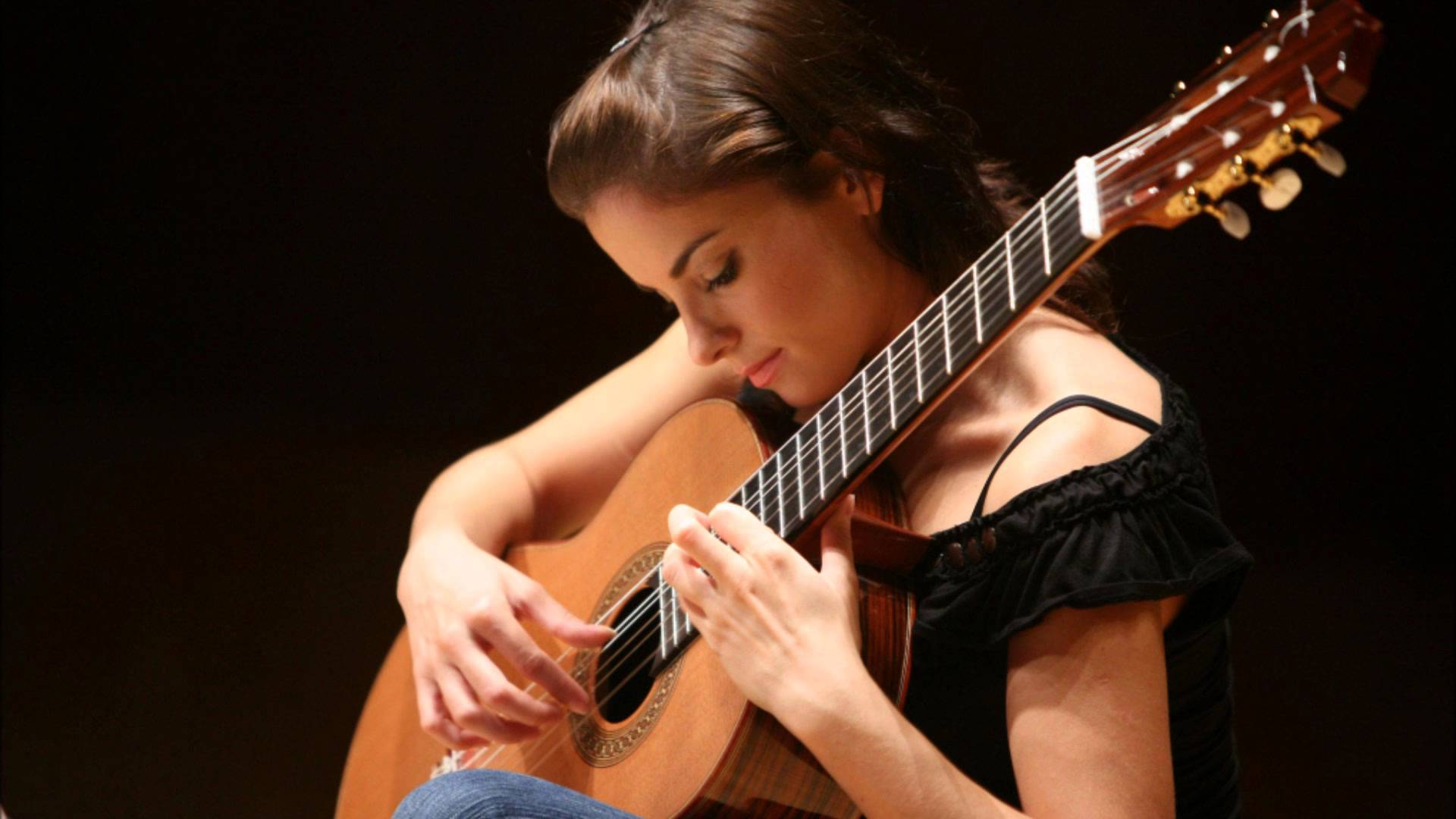 Premier classical guitarist Ana Vidović will perform August 7 – 9, 2015 at the Lake Tahoe SummerFest. (Photo: Courtesy of Ana Vidović)