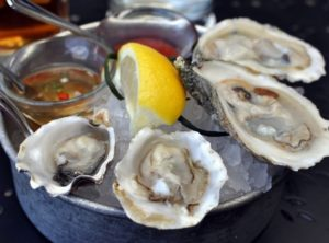 Blue Point and Kumamoto oysters served up at Willi's Seafood & Raw Bar in Healdsburg, California. (Photo: fattyshaddy.blogspot.com)